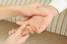 3触診などで症状を詳しく診察のイメージ